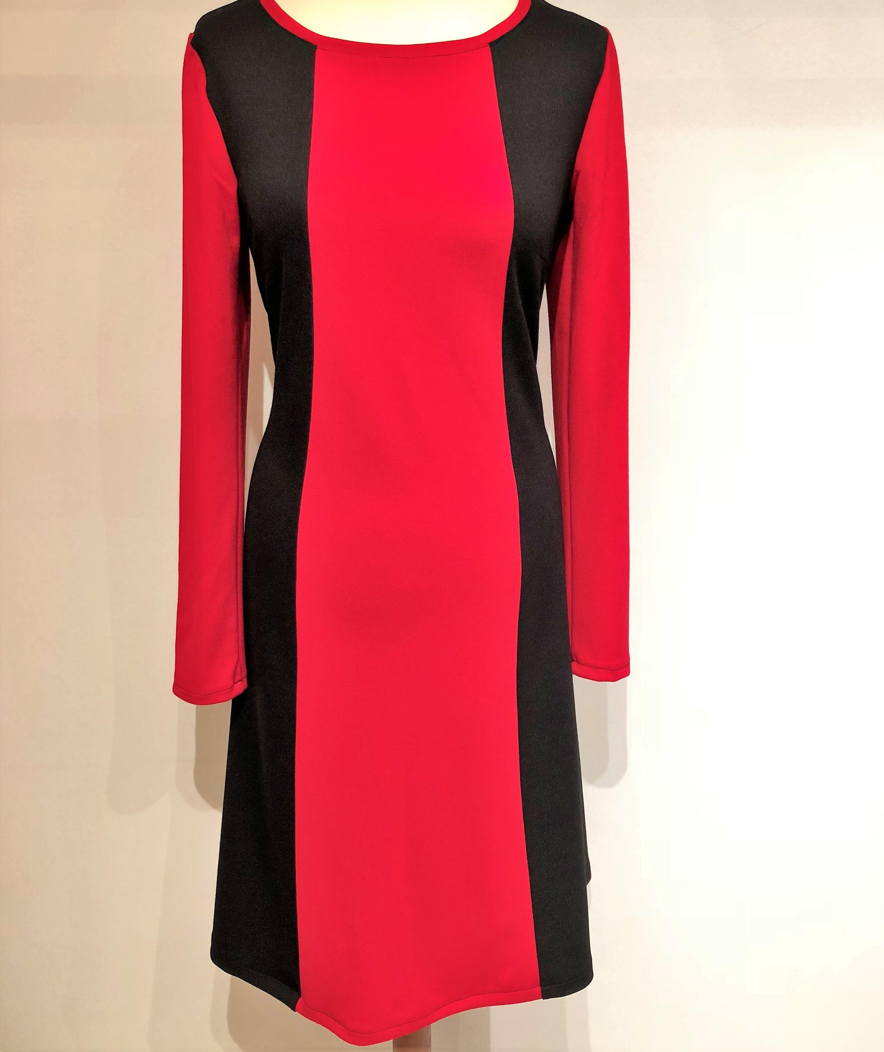 rød kjole med lange ærmer